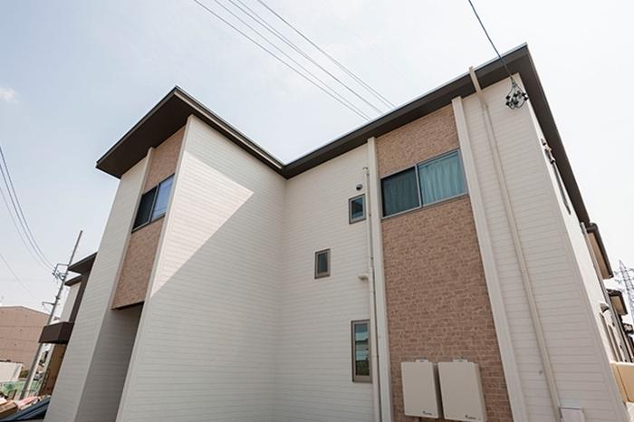 屋根の高い3階建の家