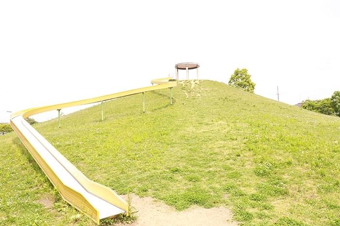 大きなローラースライダーがある余野中央公園